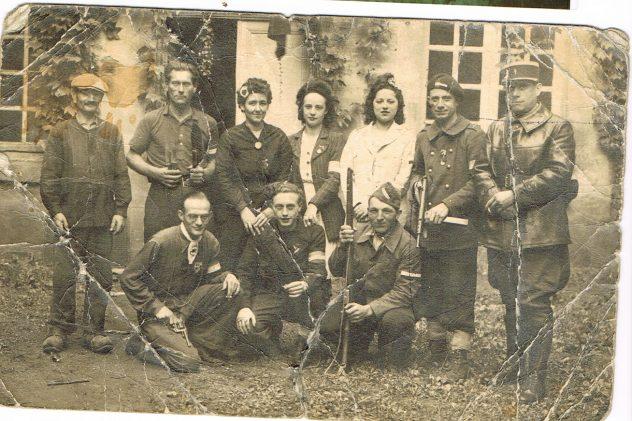 Libération Aout 1944 ma grandmère Fernande Lemaire 3 ème en haut à gauche 1944 avec la cocarde